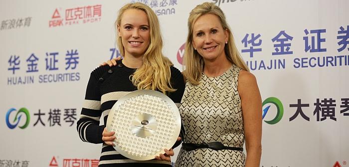 Caroline Wozniacki holding her Diamond aces award